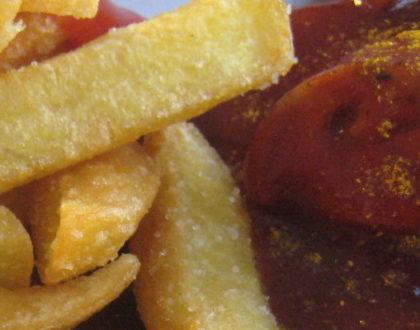 berlinskij-fast-food-currywurst
